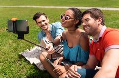Juventud moderna que se relaja al aire libre Foto de archivo libre de regalías