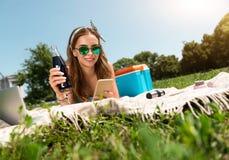 Juventud moderna que se relaja al aire libre Fotos de archivo