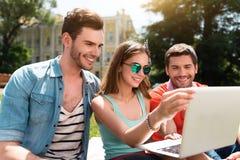Juventud moderna que se relaja al aire libre Imágenes de archivo libres de regalías