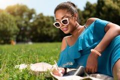 Juventud moderna que se relaja al aire libre Fotos de archivo libres de regalías