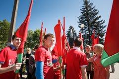Juventud no identificada de los controles patrióticos de Brsm del partido Imagen de archivo libre de regalías