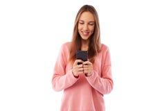 Juventud ocupada joven que manda un SMS con los amigos vía el teléfono móvil sobre pizca Fotografía de archivo
