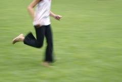 Juventud que se ejecuta en hierba Fotos de archivo