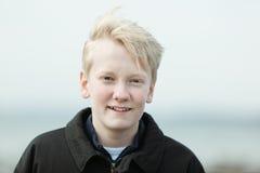 Juventud rubia sonriente en chaqueta Fotos de archivo libres de regalías