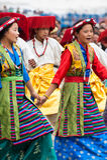 Juventud tibetana que realiza danza popular Imagenes de archivo