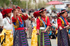 Juventud tibetana que realiza danza popular Imágenes de archivo libres de regalías