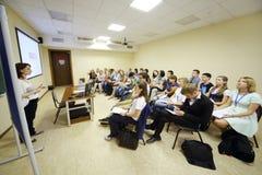 A juventude escuta o conferente na voz global da juventude Foto de Stock Royalty Free