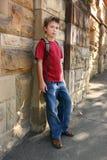 Juventude que inclina-se de encontro à parede fotografia de stock royalty free