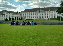 Juventude que socializa em Berlim, Alemanha foto de stock royalty free