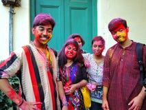 Juventudes con las caras pintadas que celebran Holi Foto de archivo libre de regalías