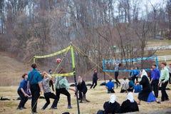Juventudes de Amish que juegan a voleibol Fotos de archivo libres de regalías