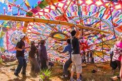 Juventudes que aumentan una cometa gigante, el Día de Todos los Santos, Guatemala fotografía de archivo libre de regalías