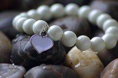 Juwel auf Steinen Stockfotografie
