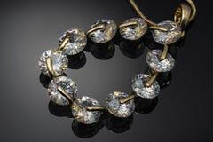 Juwel, gelbes Metallanhänger mit Edelsteinen auf dunklem Hintergrund mit Reflexionsdiamanten lizenzfreies stockbild