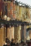 Juwel oder Fälschung ähnlich Goldschmuck auf Markt stockfoto