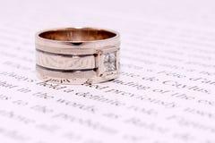 Juwelen als gift aan zijn geliefde vrouw stock afbeelding