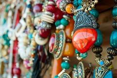 Juwelen bij markt stock afbeeldingen