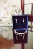 Juwelen in Blauwe Doos worden geplaatst die Royalty-vrije Stock Foto's