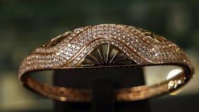 Juwelen, de armband van het Close-upoverzicht van goud bij een dure juwelenopslag, beste massieve die armband van goud wordt gema stock footage