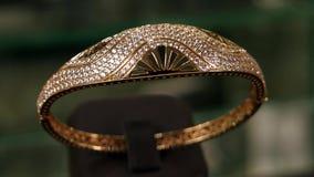 Juwelen, de armband van het Close-upoverzicht van goud bij een dure juwelenopslag, Mooie die armband van verfraaid goud wordt gem stock videobeelden