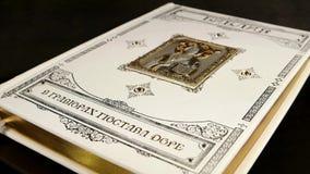 Juwelen, de Bijbel in gravures door Gustave Dore in Russisch, kostbaar boek van de Bijbel, godsdienst, Christendom stock footage
