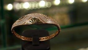 Juwelen, de toebehoren van Manierjuwelen voor vrouwen van gouden, beste massieve die armband worden gemaakt van goud wordt gemaak stock footage