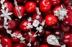 Juwelen an den Kirschen Stockfoto