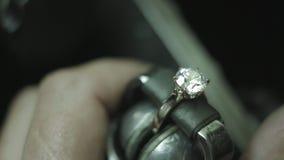 Juwelen die het Plaatsen van een Steen maken stock footage