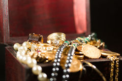 Juwelen en gouden muntstukken Royalty-vrije Stock Afbeeldingen