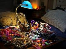Juwelen en halsbanden op de juwelenstapel onder de lamp Stock Foto's