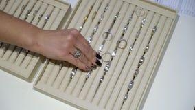Juwelen gouden ringen in een winkel stock videobeelden