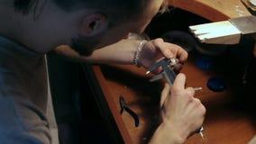 Juwelen hoofdmaatregelen de diameter van de ring met beugels stock video