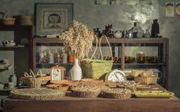Juwelen, horloges, ringen, verdeelde bloemen en fruitmand van huishouden stock fotografie