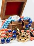 Juwelen in Houten Doos Stock Afbeeldingen