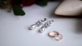 Juwelen met parels en goud op een witte achtergrond stock video