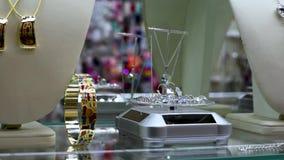 Juwelen met stenen en bergkristallen op de plankengemmen in juwelen stock video