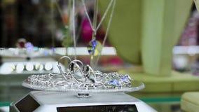 Juwelen met stenen en bergkristallen op de plankengemmen in juwelen stock videobeelden
