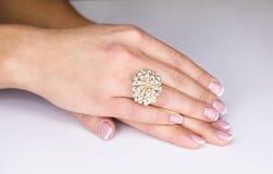 Juwelen op de vrouwelijke hand Stock Foto