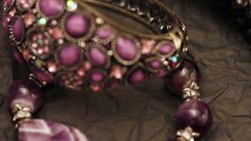 Juwelen op een donkere achtergrond stock videobeelden