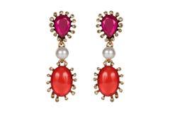 Juwelen op een witte achtergrond De premie van vrouwen` s oorringen met edelstenen Isoleer Juwelen Briljant stock illustratie