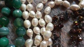 Juwelen op marmer stock videobeelden