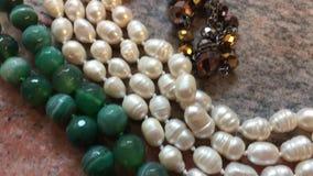 Juwelen op marmer stock video
