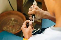 Juwelen oppoetsende ring in workshop met adequate hulpmiddelen stock foto's
