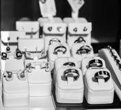 Juwelen, ringen op een showcase Royalty-vrije Stock Afbeeldingen