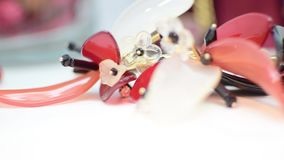 Juwelen rood zwart wit, halsband en armband stock video