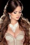Juwelen. Schoonheidsvrouw met zeer Lange Gezonde en Glanzende Vlotte Br stock fotografie