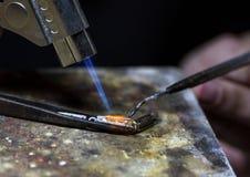 Juwelen solderend goud, close-updetails van de productie Stock Foto's