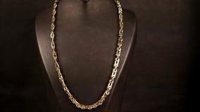 Juwelen, van de juwelentoebehoren van Close-upmensen de gouden gouden ketting op de hals, die voor verkoop in een juwelenopslag w stock footage