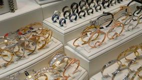 Juwelen van zilver op het winkelvenster dat worden gemaakt stock footage