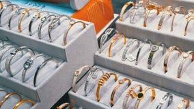 Juwelen van zilver op het winkelvenster dat worden gemaakt stock videobeelden